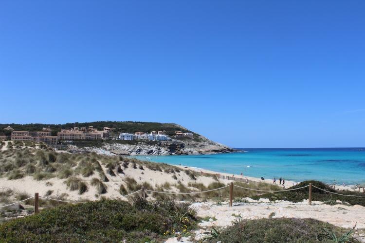 Strand hinter einer Düne in Cala Mesquida